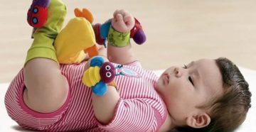 Третий месяц: лучшая игрушка - собственные руки