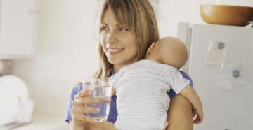 Сколько жидкости пить кормящей маме